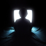 Gledanje tv-ja preblizu res škoduje našim očem?