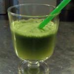 Super detox sok s pšenično travo, ingverjem in žajbljem
